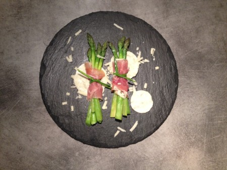 Asperges, jambon de Parme et sauce roquefort - It's Her Mess (4)