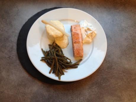 Pavé de saumon poêlé, espuma citron aneth et crème d'asperge - It's Her Mess (2)